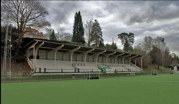 Stade du Vivier d'Oie. La grande tribune est construite en 1903 en béton armé. Il s'agit d'une des premières tribunes couvertes en Europe (hormis celles en bois).