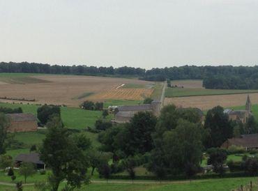 Le village d'Ossogne, dans le Condroz, avec les terres de la ferme Vrancken en arrière-fond