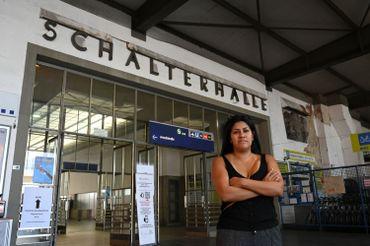 L'ancienne bénévole, Gracia Schuette, pose dans la gare principale de Munich, dans le sud de l'Allemagne, le point d'arrivée des nombreux réfugiés en 2015
