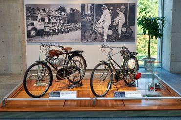 A gauche, une moto de 1947 et à droite, la première Super Cub de 1952