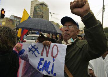 Un manifestant dénonce l'accord conclu en mars avec le Fonds monétaire international (FMI).