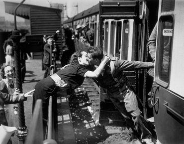 Baiser de retrouvailles pour ce soldat britannique de retour auprès de son amour.