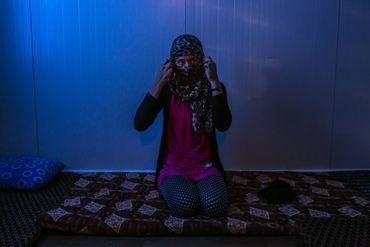 Une femme qui raconte avoir été violée par des militants de l'Etat Islamique, dans un camp de réfugiés dans la région du Kurdistan du nord de l'Irak.