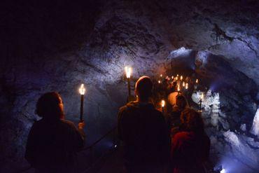 """Partez en exploration dans les salles abandonnées de la Grotte de Han pendant les """"Visites à l'Han-cienne"""". Au programme de ce parcours aventure, des rencontres avec des personnages de la Belle Epoque."""