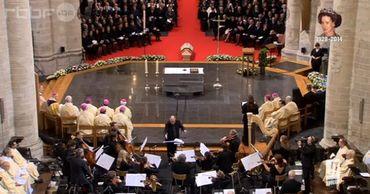 Le cercueil de Fabiola au pied de l'autel