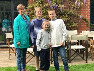 Olivia de San, plasticienne, avec ses trois enfants