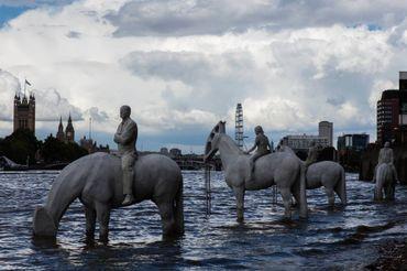 A marée basse on peut admirer l'oeuvre de Jason deCaires Taylor