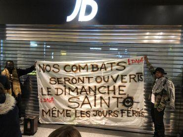 Liège: des dizaines de personnes manifestent devant le magasin JD Sports de Médiacité