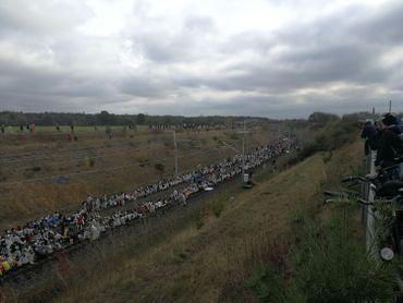 Face à face entre une partie des manifestants qui tentent de rejoindre la mine d'hambach et les forces de la police. Les manifestants décident de s'asseoir sur les voies. Crédits RTBF