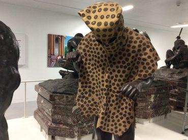 L'homme-léopard au dépôt des sculptures