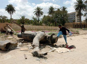 La statue de Saddam Hussein renversée en 2003