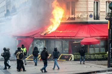 """Manifestation de """"gilets jaunes"""" en France: heurts sur les Champs-Elysées, le Fouquet's saccagé (vidéos)"""