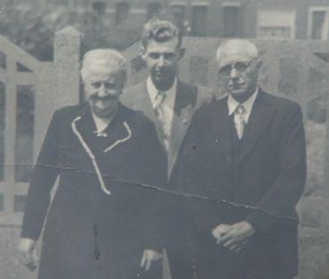 A droite de l'image, Omer, l'arrière-grand-père de Pascal. C'est lui qui a eu l'idée de faire du vin de tomate en 1938