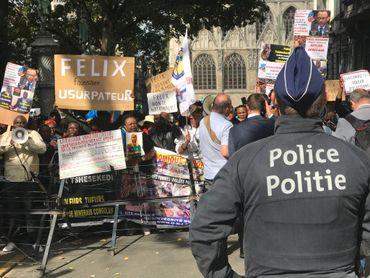 Des opposants ont manifesté bruyamment devant le palais d'Egmont.