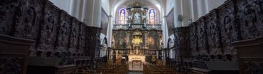 Contrastant avec les lignes dépouillées de l'architecture romane, la décoration intérieure, de parure essentiellement renaissance et baroque, est de grande qualité
