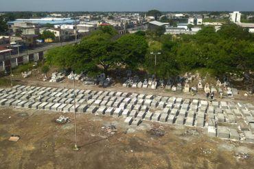 Vue aérienne de nouvelles tombes au cimetière Maria Canals à la périphérie de Guayaquil, Équateur, le 12 avril 2020, alors que le nombre de décès augmentait en raison des infections à COVID-19
