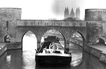 L'Escaut traverse la ville de Tournai, et passe sous le fameux pont des Trous (photo de 1981)