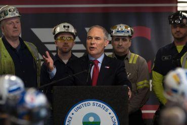 Scott Pruitt, responsable de l'Ecologie dans l'équipe Trump est un climato-sceptique  favorable au pétrole et au charbon. (ici en visite à la mine de Pennsylvania Coal).