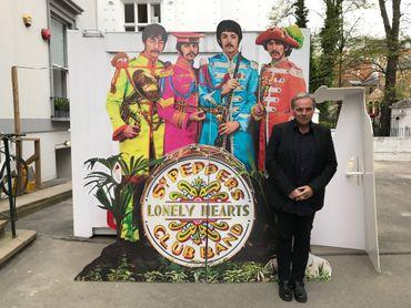 Marc Ysaye à l'entrée d'Abbey Road pour l'écoute privée de la réédition anniversaire de Sgt Pepper