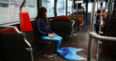 Performance d'Anna Raimondo dans l'espace public dans le cadre de sa création vidéo « Mi Porti al Mar ? »