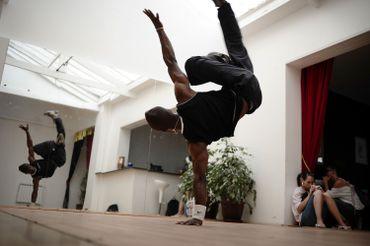 Du breakdance dans une salle de Saint-Ouen, en France