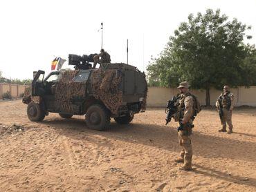 """Les déplacements se font en véhicules blindés, les """"dingos"""" avec un équipement complet de 30 kg"""