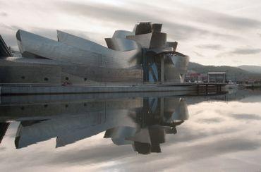 Extérieurs du musée Guggenheim, sur les rives du fleuve Nervion