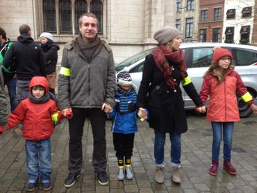 Ce dimanche midi, à Bruxelles, une chaîne humaine de près d'un kilomètre relie la Bourse au Palais de Justice, en passant par la Grand Place.
