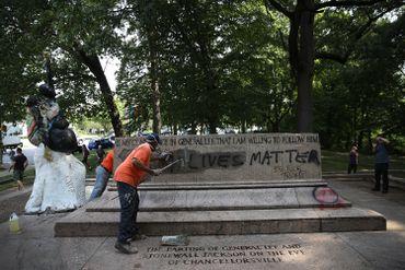 """Le socle de la statue représentant les confédérés Robert E. Lee and Thomas """"Stonewall"""" Jackson à Baltimore"""