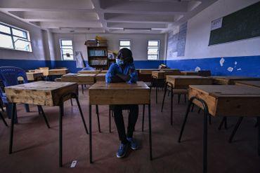 La directrice adjointe, Rachel Esther, de l'école Kibera pour filles  se trouve dans une salle de classe vide, dans le bidonville de Kibera à Nairobi, le 7 août 2020