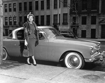 Une femme devant une Studebaker, symbole de l'industrie florissante de South Bend pendant des décennies.