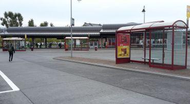 Les arrêts à côté de la gare de Charleroi, désespérément vides ce mardi matin...