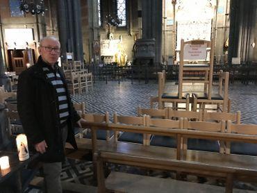 """Pol Mourin, président de la fabrique d'église, devant le """"dispositif de sécurité"""" installé à la basilique."""