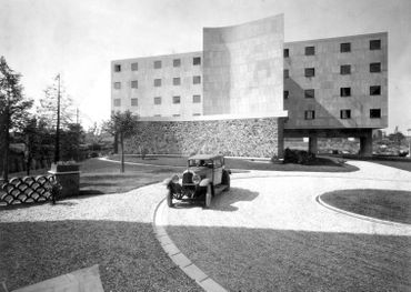 Marius Gravot (travaille avec l'architecte de 1930 à 1933) Le Corbusier et Pierre Jeanneret, Pavillon suisse, Cité internationale universitaire, Paris, 1929-1933 Vue de l'extérieur avec automobile de Le Corbusier Voisin