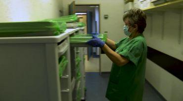 Une fois que le matériel est nettoyé et désinfecté, il est emballé sous film vert, prêt à être utilisé.
