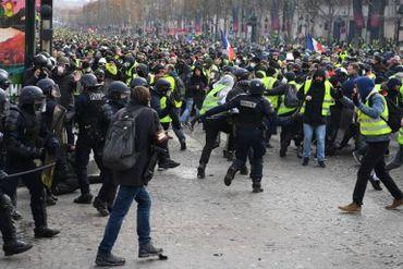 8000 gilets jaunes face à 8000 policiers à Paris. De temps en temps, c'est l'affrontement.