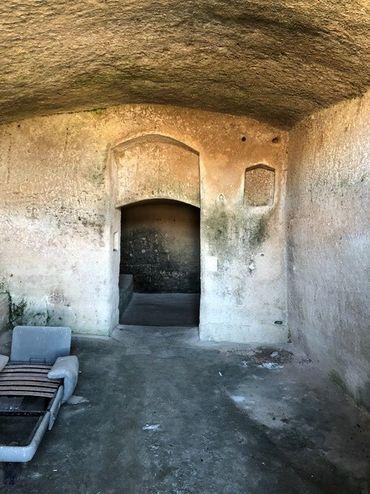L'une des grottes aménagées dans la roche de Matera