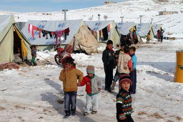 Des enfants syriens dans la neige du camp de réfugiés d'Arsal, dans la Bekaa libanaise