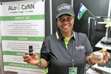 Matiti Trish Kabi vend des remèdes médicinaux à base de cannabis produits au Lesotho.