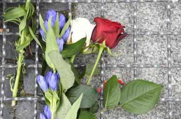 Des fleurs déposées le vendredi 15 juillet devant l'ambassade française à Berlin.