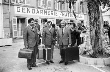 """Les acteurs français (de G à D) Michel Galabru, Jean Lefevre et Louis de Funès sont photographiés sur le tournage du 4e volet du """"Gendarme de Saint-Tropez"""""""