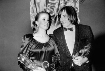 1981 : Catherine Deneuve et Gérard Depardieu posent ensemble après avoir reçu chacun un César