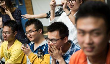 Des étudiants chinois rient au cours de drague du professeur Xie Shu de l'Université de Tianjin, le 29 avril 2016