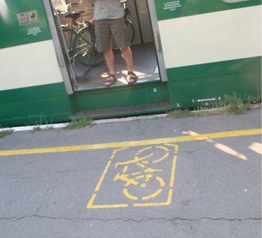 Comme au Japon, en Hongrie, les endroits où embarquer son vélo sont clairement indiqués sur les quais.