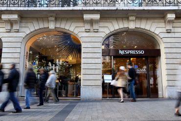 """Magasin """"Nespresso"""" sur l'avenue des Champs-Elysées, à Paris"""