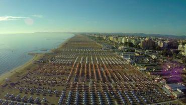 La plage de Riccione qui accueille 800.000 touristes chaque été