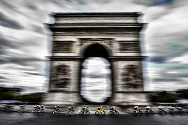 À défaut de Maillot jaune, les Champs-Elysées et l'Arc de Triomphe devront se contenter de Gilets jaunes cette année.