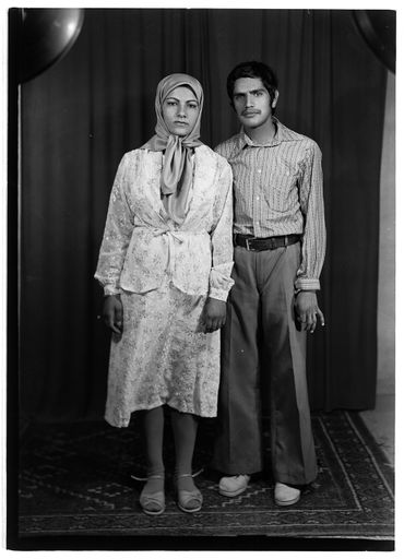 """Couple dans un studio de photographie iranien, dans le cadre de """"Identities"""" au Tbilisi Photo Festival."""