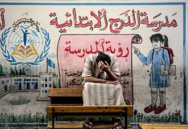 Un Palestinien déplacé du quartier de Chujaya, devant une école des Nations Unies