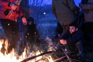 Jeune enfant patientant près de la frontière grecque, côté turc (district d'Edirne), ce 28 février